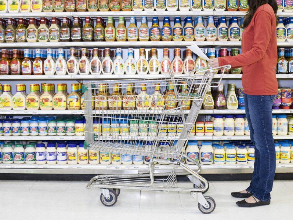 arrumação de gôndolas de supermercado